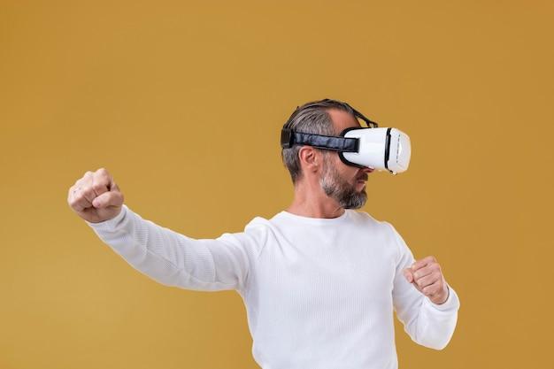 Homem sênior usando óculos de realidade virtual