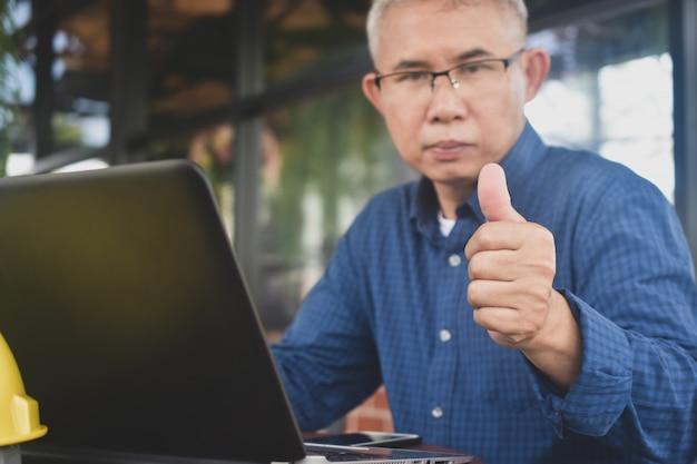 Homem sênior, usar, computador, trabalho, de, lar, social, distanciamento, ficar, ficar casa, seguro