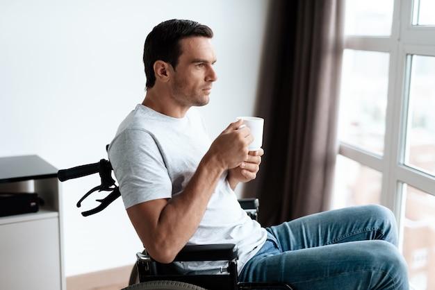 Homem, senta-se, em, a, sala de estar, de, seu, grande, modernos, apartamento
