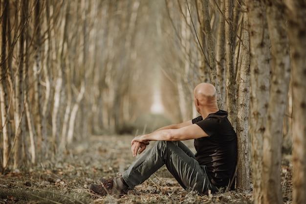 Homem sentado com depressão passando por uma fase difícil em sua vida, sofrendo de exaustão mental, ansiedade, esgotamento