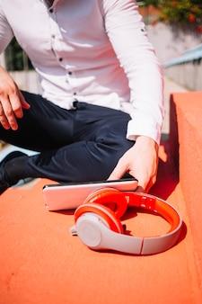 Homem sentado com fones de ouvido