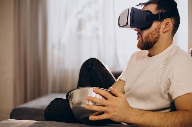 Homem sentado em casa usando vr