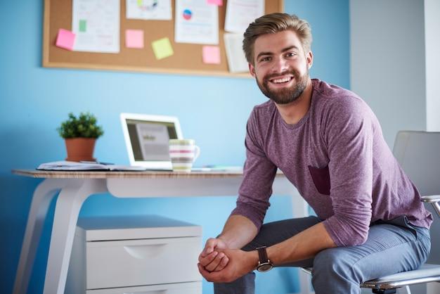 Homem sentado em seu escritório em casa
