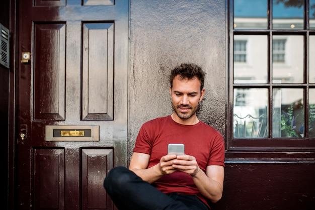 Homem sentado em um banco em um fundo marrom bonito