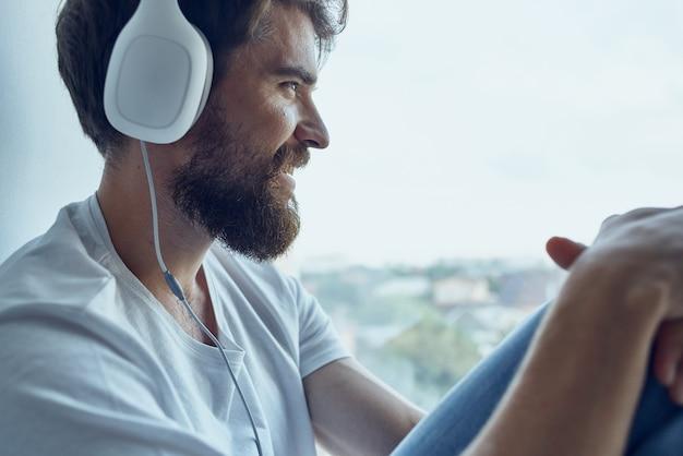 Homem sentado na sala com tecnologia de fones de ouvido