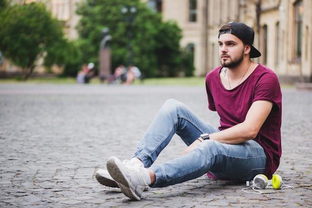 Homem sentado no bloco pensando em pedra
