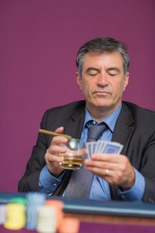 Homem sentado olhando seus cartões