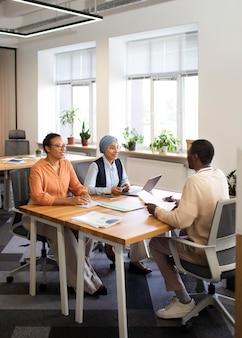 Homem sentado para uma entrevista de trabalho de escritório na mesa com seus empregadores