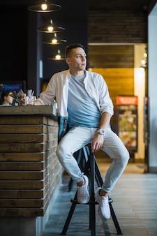 Homem, sentando, em, barra, contador, olhando
