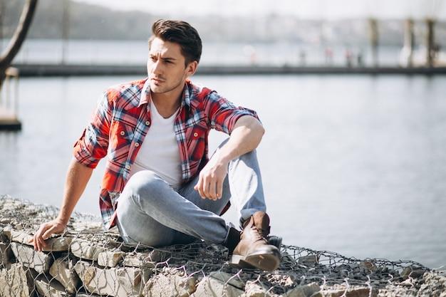 Homem, sentando, ligado, pedras