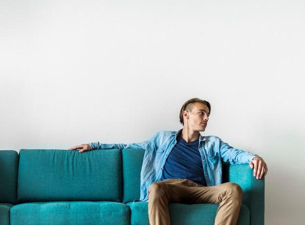 Homem, sentando, ligado, um, sofá