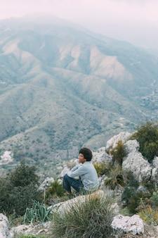 Homem, sentando, rocha, natureza