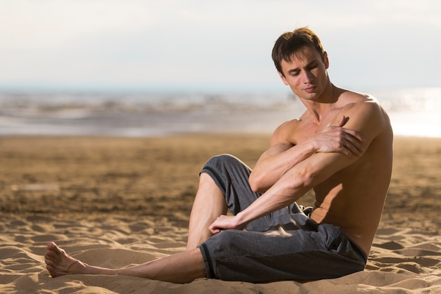Homem, sentando, tocando, seu, braço