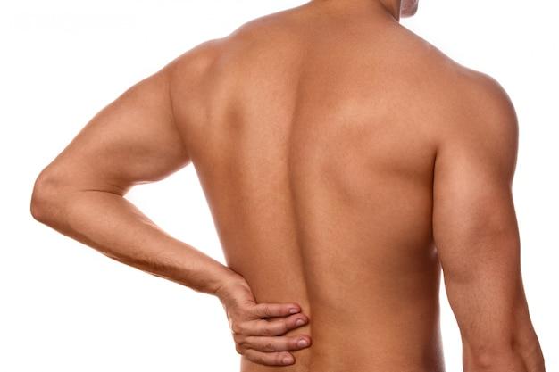 Homem sente dor nas costas
