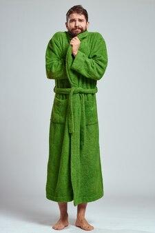 Homem sentindo frio enquanto usava um roupão de banho