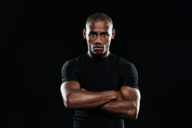 Homem sério de esportes afro-americanos, olhando para a câmera