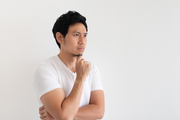 Homem sério e chateado usa camiseta branca isolada no fundo branco