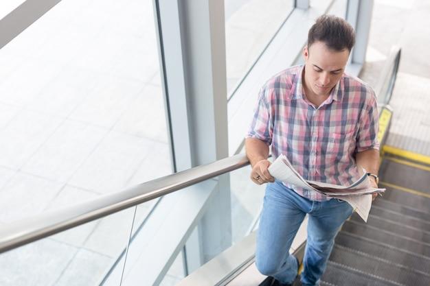 Homem serio escalando para escritório para entrevista de emprego