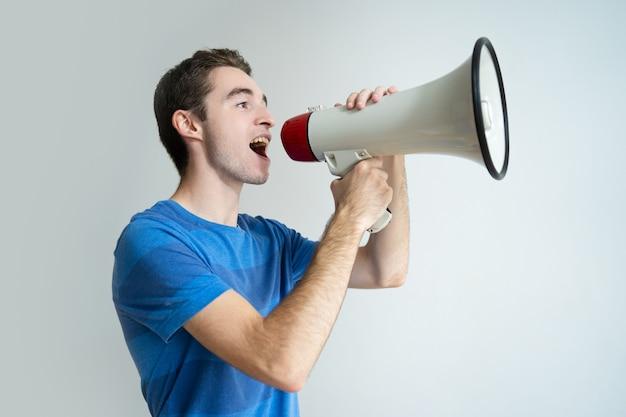 Homem sério gritando no megafone