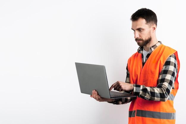Homem sério, olhando laptop
