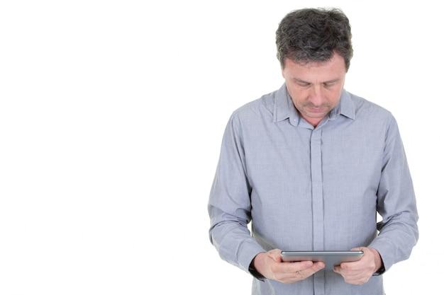 Homem sério olhando segurando o tablet vídeo correio ou texto na web
