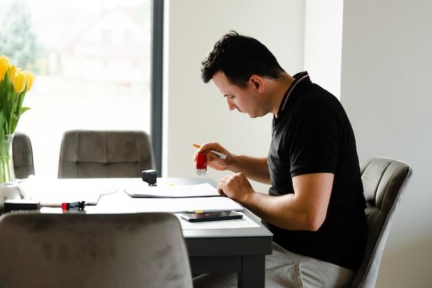 Homem sério preenchendo documentos