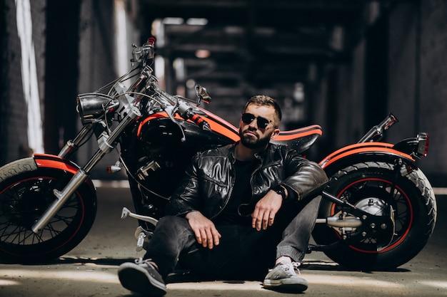 Homem sexy bonito na moto