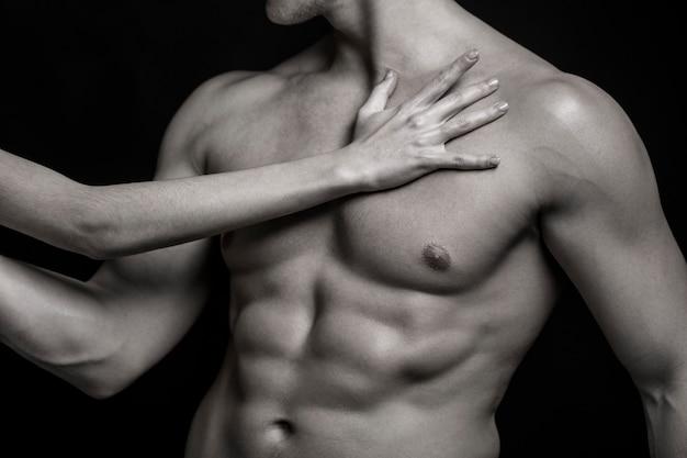 Homem sexy, corpo nu, homem nu. homem forte, fisiculturista, homem musculoso. corpo sexy, homem nu. atlético, caucasiano, abdômen, tanquinho, músculos peitorais, tríceps. belo torso masculino, ab. preto e branco.