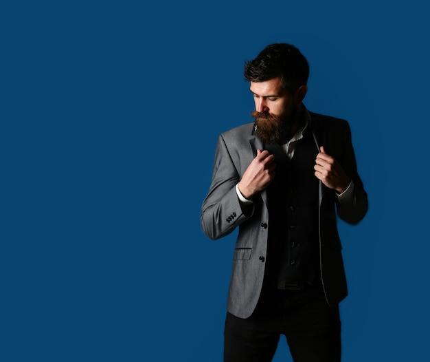Homem sexy, macho brutal, hipster. bonito empresário barbudo em terno clássico. homem de terno, homem de smoking, homem elegante com uma jaqueta de pano. beleza masculina, moda. homem de smoking.