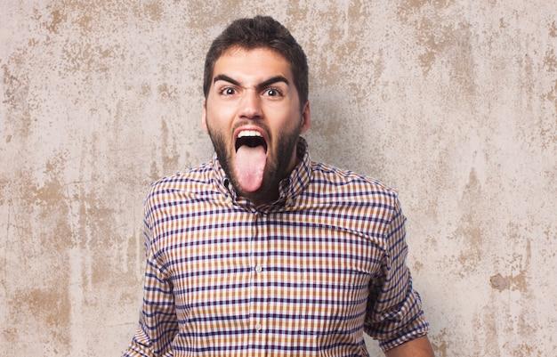 Homem shouting com lingüeta para fora