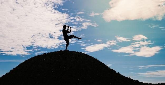 Homem silhueta levantando uma perna e chutando