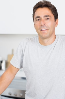 Homem smilimg na cozinha