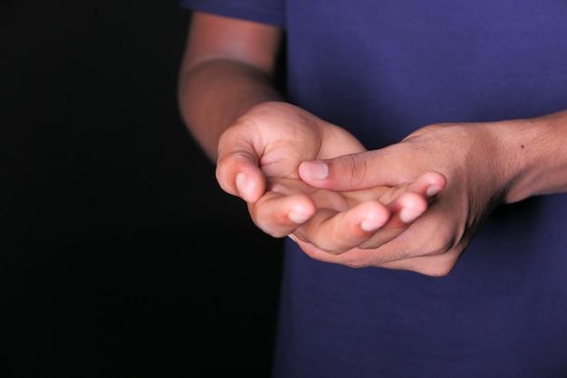 Homem sofrendo de dor nas mãos com espaço de cópia