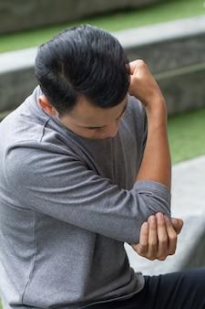 Homem sofrendo de dores nas articulações, artrite, gota, sintomas reumatóides