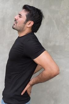 Homem sofrendo de dores nas costas