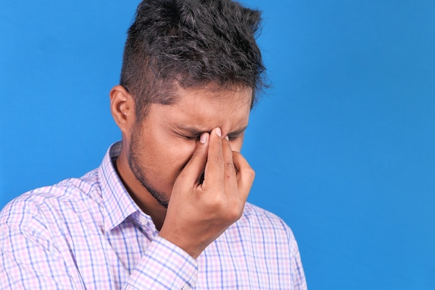 Homem sofrendo de fortes dores nos olhos