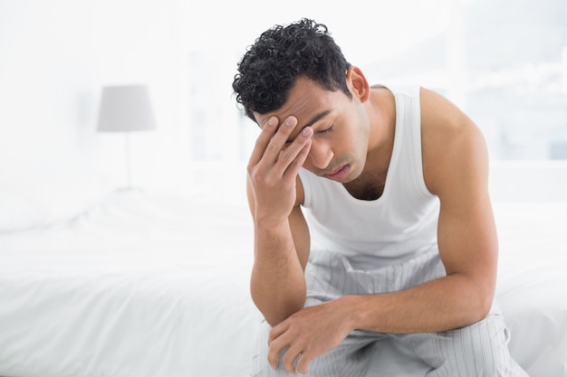 Homem, sofrimento, de, dor de cabeça, cama
