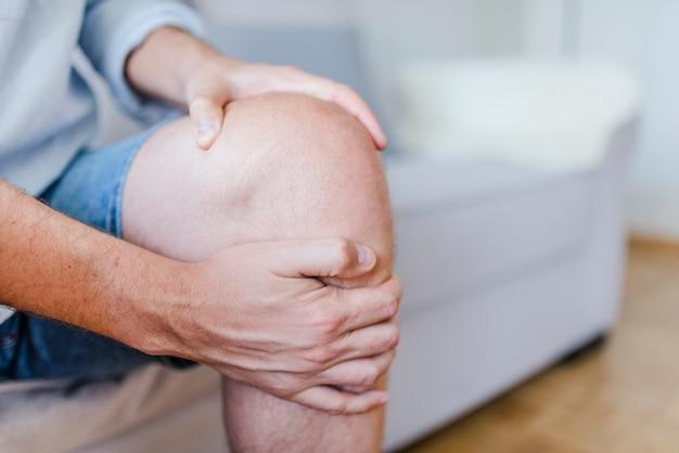 Homem, sofrimento, de, joelho, dor, sentar sofá