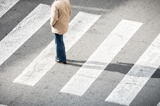Homem solitário na faixa de pedestres