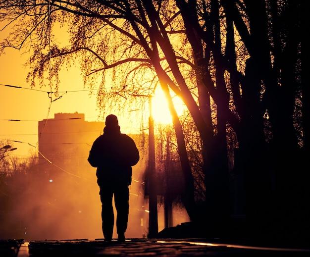 Homem solitário na rua.