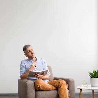 Homem sonhador, pensando no que escrever