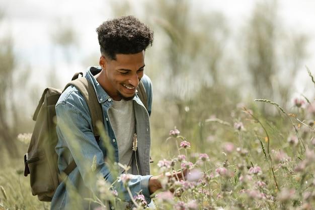 Homem sorridente ao ar livre, tiro médio