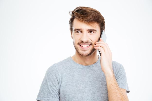 Homem sorridente casual falando ao telefone isolado em um fundo branco