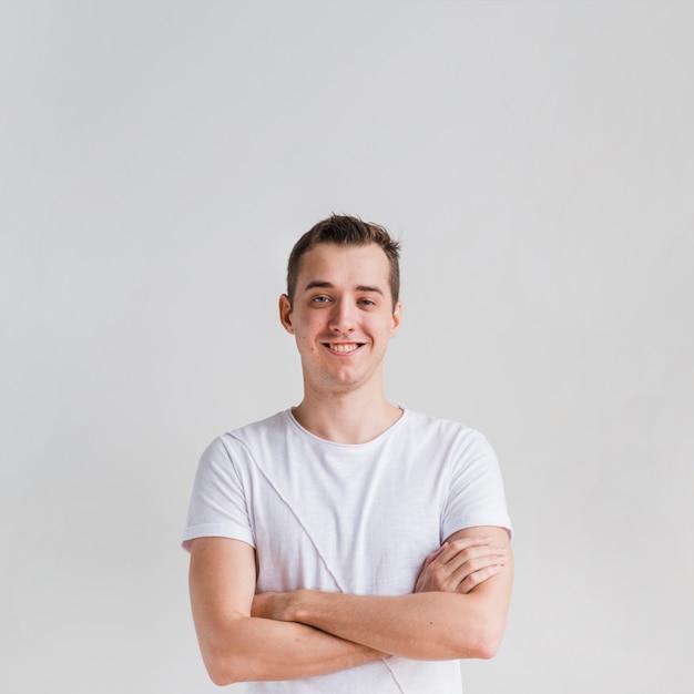 Homem sorridente, com, braços cruzados, olhando câmera