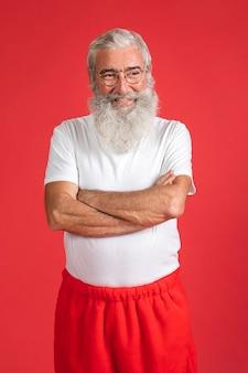 Homem sorridente com calças de papai noel