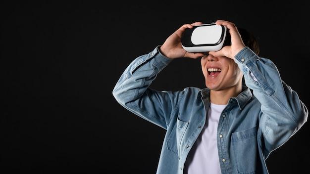 Homem sorridente com fone de ouvido de realidade virtual