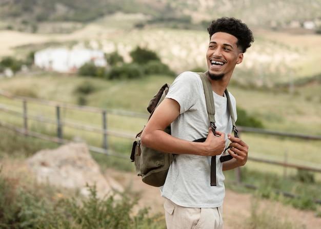 Homem sorridente com mochila