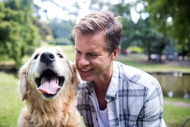Homem sorridente com seu cão de estimação