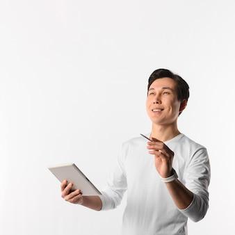 Homem sorridente com tablet