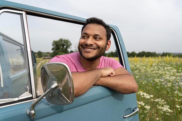 Homem sorridente com tiro médio na van